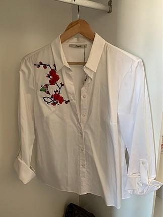 Çiçek desenli beyaz gömlek