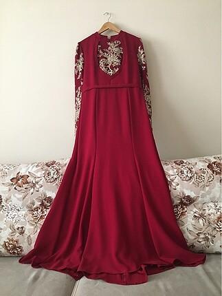 Kırmızı işlemeli gece kıyafeti.
