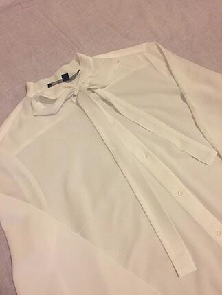 Yaka kısmı flarlı gömlek