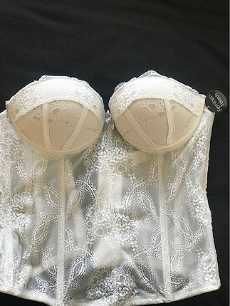 Beyaz dantel büstiyer