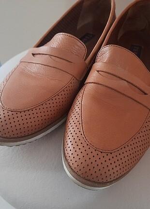 Bayan ayakkabı birkaç kez giyildi