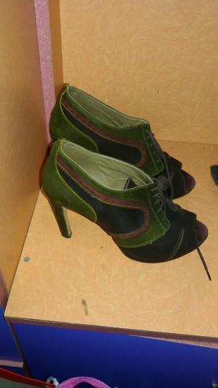 hotic yeşil, kahve ve haki renkli ayakkabi