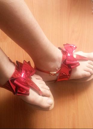 Hologram kırmızı sandalet