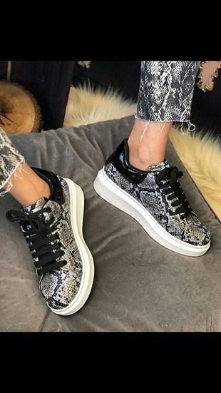 yılan derisi desenli yuksek tabanlı sneakers