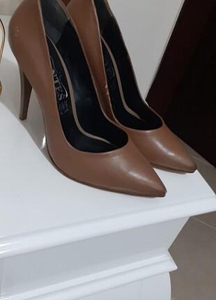 Kahve rengi topuklu ayakkabı