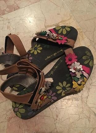 Çiçekli sandalet
