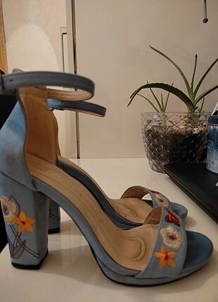 Mavi çiçekli topluklu ayakkbı