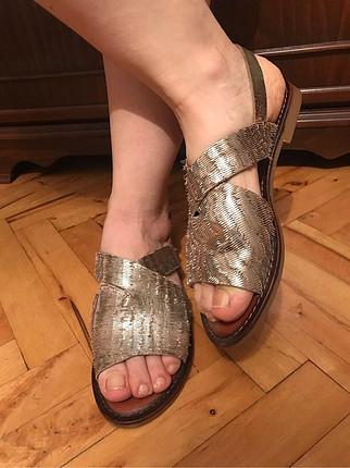 Elle sandalet altınn rengi