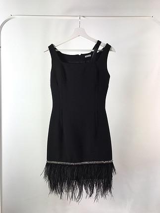 Etek ucu tüylü siyah elbise