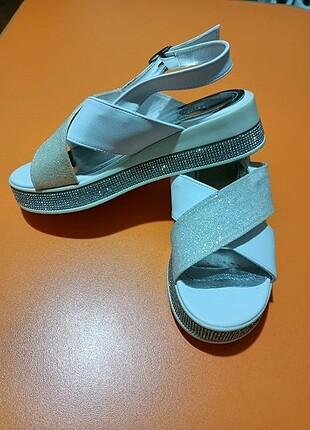 Hiç kullanılmadik taşlı sandalet
