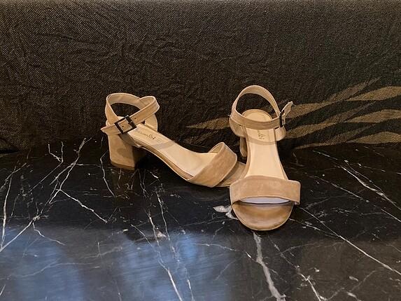 Süet önü ve arkası açık topuklu ayakkabı