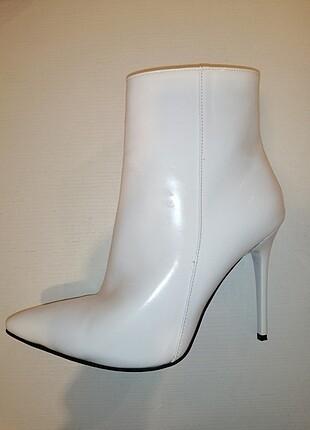 Beyaz topuklu bot/çizme