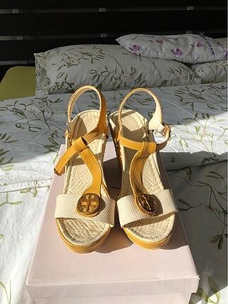 Krem-hardal rengi topuklu ayakkabı