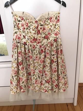 Kısa çiçekli desenli elbise