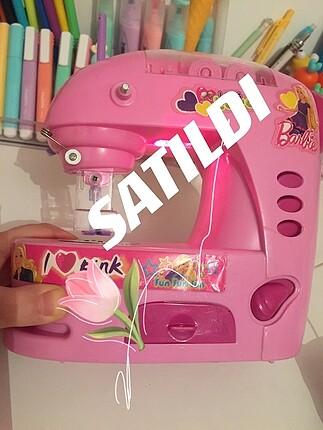 Barbie'nin oyuncak dikiş makinesi seti