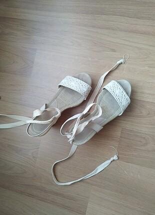 Bağcıklı topuklu sandalet