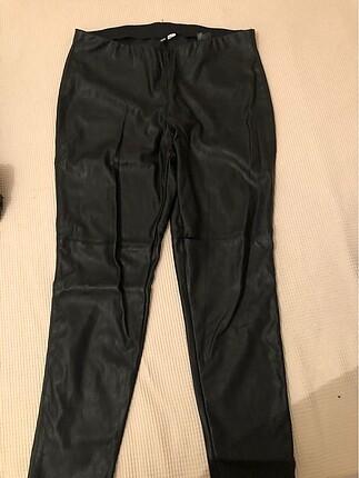 h&m deri pantalon sadece dizinde ufak acilma vardir geri dikilir