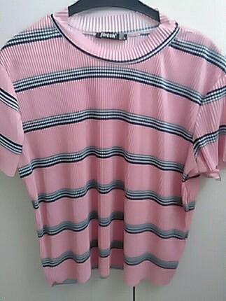 Pembe çizgili tişört