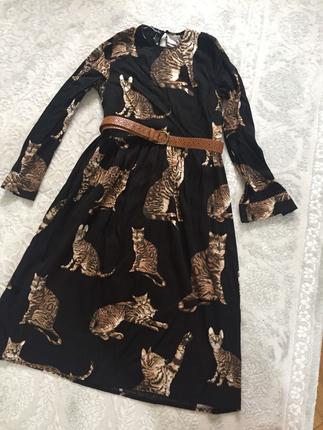 Kedili diz bilek üsünde sevimli elbise