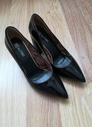 Kalın topuk rugan ayakkabı