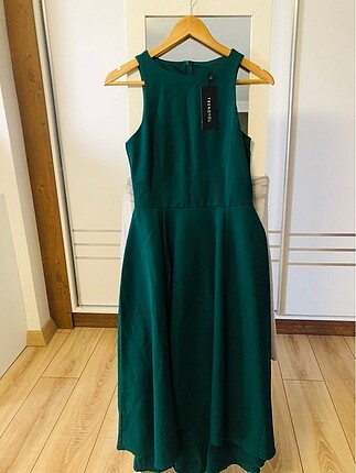 Yeşil önü kısa arkası uzun kemerlietiketi üstünde midi elbise
