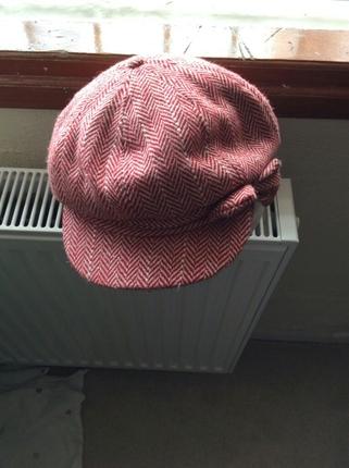 Claires'ten alınmış fiyonklu kırmızı beyaz şapka