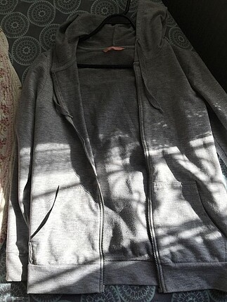 Gri kapüşonlu sweatshirt