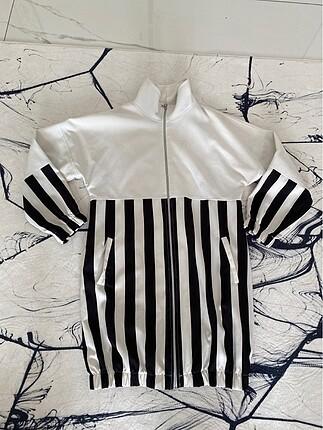 Siyah beyaz çizgili trenchkcoat
