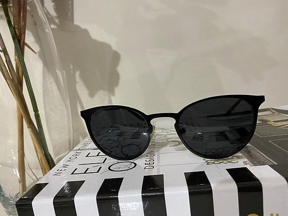 Siyah güneş gözlüğü