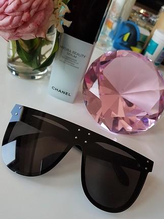 Armani Büyük gözlük harika. Havalı hanımlar için