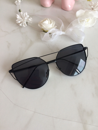 Siyah kelebek gözlük