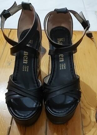 Siyah Desenli Dolgu Topuk Ayakkabı