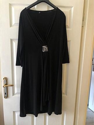 Şık siyah esnek elbise