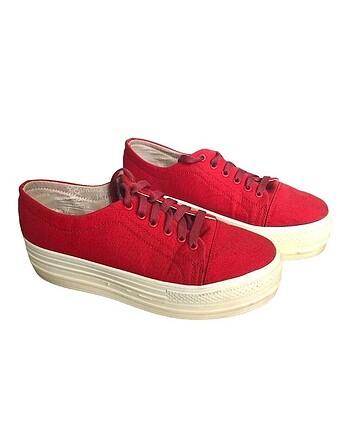 Yüksek taban kırmızı ayakkabı