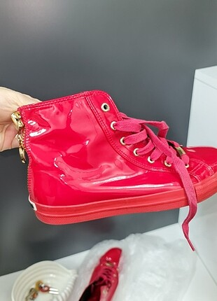 LOVE MOSCHINO IN RED SNEAKERS