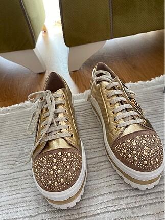 Yüksek taban gold rengi ayakkabı