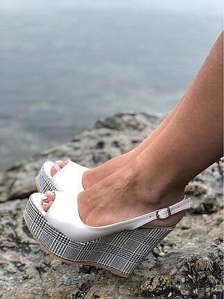 Beyaz dolgu topuk sandalet ayakkabı