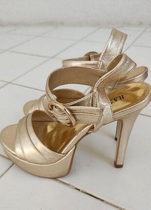 İnce topuklu altın renk abiye ayakkabı