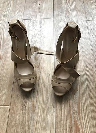 Bağcıklı detaylı topuklu ayakkabı
