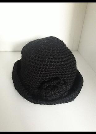 El örmesi çiçekli şapka