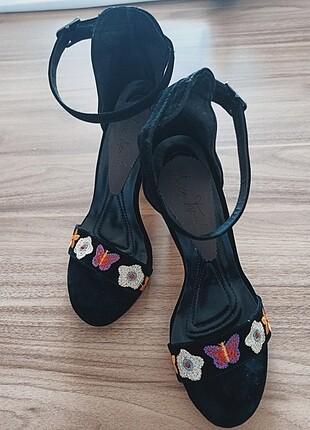 Çiçek Nakışlı Kalın Topuklu Ayakkabı