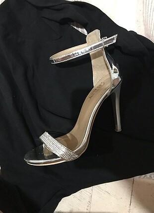 Gümüş topuklu ayakkabı