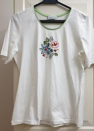 Beyaz işlemeli tişört