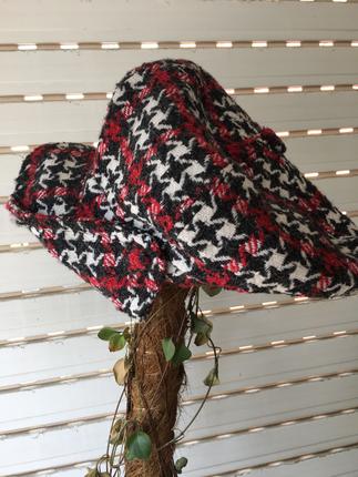 Bordo beyaz siyah kareli şık şapka