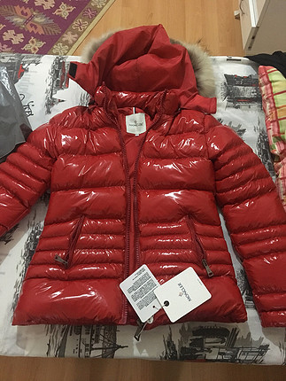 Moncler rugan kırmızı mont etiketli