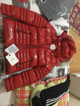 s Beden kırmızı Renk Moncler rugan kırmızı mont etiketli