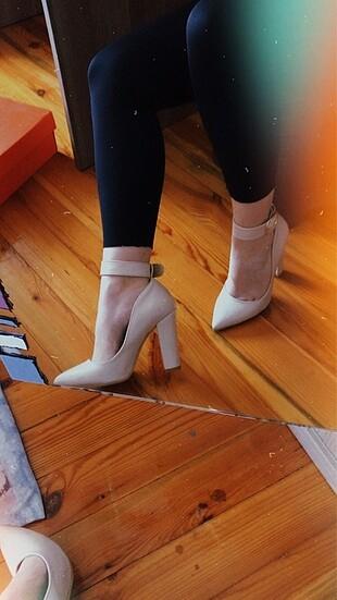 Krem rengi topuklu ayakkabı
