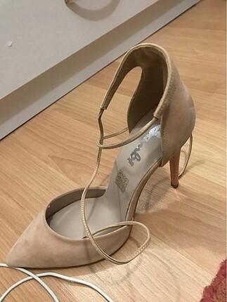 Bilekten bağlamalı stileto ayakkabı
