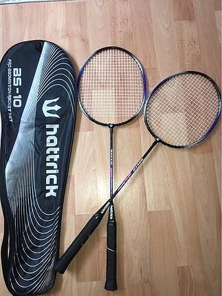 Badminton raketi