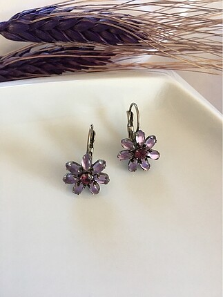 Lila taşlı çiçek küpe